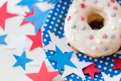 Ciambella con la decorazione della stella sulla festa dell'indipendenza Immagini Stock