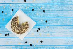 Ciambella dolce saporita pungente su carta sull'alta C bianca blu graffiata Fotografia Stock