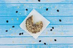 Ciambella dolce saporita pungente su carta sull'alta C bianca blu graffiata Immagine Stock