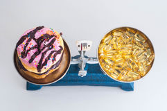Ciambella ed olio di pesce Fotografia Stock Libera da Diritti