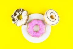 Ciambella fatta a casa con il piatto bianco su fondo giallo breakfa Immagini Stock Libere da Diritti