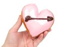 Ciambella a forma di del cuore della holding della mano Fotografia Stock Libera da Diritti