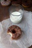 Ciambella pungente con latte Immagine Stock Libera da Diritti
