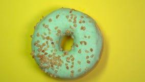 Ciambella verde dolce saporita che gira su un piatto Vista superiore video d archivio