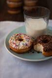 Ciambelle con vetro di latte Fotografie Stock Libere da Diritti