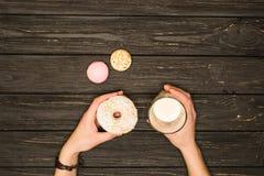 Ciambelle deliziose con latte Fotografia Stock Libera da Diritti