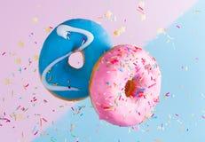 Ciambelle di volo sul blu Fotografia Stock