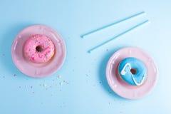 Ciambelle di volo sul blu Fotografie Stock