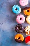 Ciambelle dolci su fondo di pietra grigio Fotografia Stock Libera da Diritti