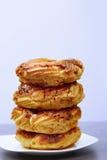 Ciambelle lustrate su un piatto di dessert Fotografia Stock