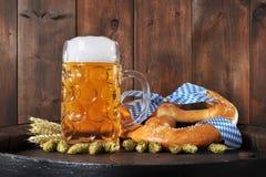 Ciambellina salata molle bavarese di Oktoberfest con birra Fotografie Stock Libere da Diritti