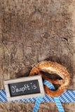 Ciambellina salata molle bavarese di Oktoberfest con la lavagna Fotografie Stock Libere da Diritti