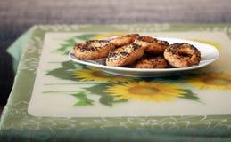 Ciambelline salate casalinghe deliziose con il papavero sulla tavola Fotografia Stock