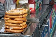Ciambelline salate sul carrello dell'alimento Immagine Stock Libera da Diritti