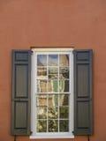 Ściana i okno z odbiciami Zdjęcia Royalty Free