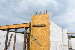 ?ciany dom budowali bia?a ceg?a z zbrojonymi betonowymi filarami przy ko?c?wk? drewniany formw, z czego tam s? ?ebruj?cy pr?cia zdjęcia royalty free