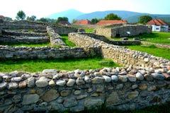 Ściany i ruiny w Ulpia Traiana Augusta Dacica Sarmizegetusa Zdjęcia Stock