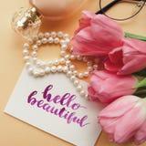 Ciao bello scritto a mano con l'acquerello nello stile di calligrafia Disposizione degli accessori di modo del ` s delle donne su Fotografie Stock