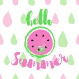 Ciao cartolina d'auguri di estate con l'anguria rosa Iscrizione disegnata a mano di estate di ciao sul fondo variopinto illustrazione vettoriale