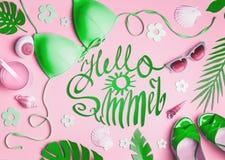 Ciao estate Accessori femminili della spiaggia su fondo rosa, vista superiore Bikini verde posto piano, occhiali da sole, sandali immagine stock libera da diritti