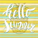 Ciao estate con un ananas Iscrizione unica scritta mano Fotografia Stock