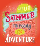 Ciao estate, i m. pronta per l'avventura Arte di citazione, illustrazione di vettore Progettazione disegnata a mano e d'annata EP Immagine Stock