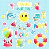 Ciao estate Insieme degli oggetti offshore svegli Sole e granchio ed anguria e beach ball e secchio graziosi Immagini Stock