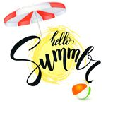 Ciao estate Testo scritto a mano, iscrizione della penna della spazzola con il simbolo del sole, dell'ombrello di sole e del beac Fotografia Stock