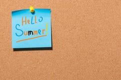Ciao estate - testo su poca carta blu appuntata al fondo del bordo del sughero Primo giorno di estate, concetto del calendario co Fotografie Stock Libere da Diritti