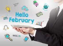 Ciao febbraio, giovane che tiene un computer della compressa illustrazione vettoriale
