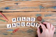 Ciao gennaio Lettere di legno sulla scrivania Immagini Stock Libere da Diritti