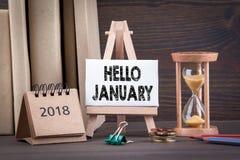 Ciao gennaio Temporizzatore di Sandglass, della clessidra o dell'uovo sulla tavola di legno immagini stock libere da diritti