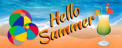 Ciao insegna di estate con i beach ball ed il vetro di cocktail ghiacciato sul fondo della spiaggia Fotografia Stock Libera da Diritti