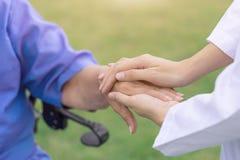 Ciao la gente di assistenza agli'anziani, infermiere che conforta paziente fotografia stock libera da diritti