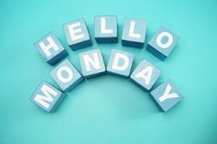 Ciao lunedì con la lettera di legno blu di alfabeto dei cubi su fondo blu fotografia stock libera da diritti