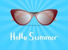 Ciao manifesto di estate con gli occhiali da sole di fascino Fotografia Stock Libera da Diritti