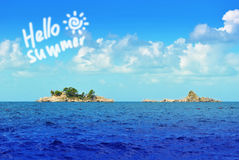 Ciao mare di estate con le isole rocciose Immagini Stock