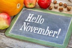 Ciao novembre sulla lavagna fotografia stock libera da diritti