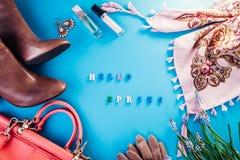 Ciao primavera Sguardo femminile della primavera Combinazione di vestiti, di scarpe e di accessori Concetto di acquisto della pri immagini stock
