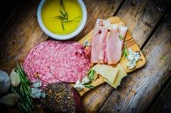 Ciapanie deska Asortowani Leczący mięsa, ser i miód z ro, obrazy royalty free