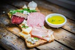 Ciapanie deska Asortowani Leczący mięsa, ser i miód z ro, zdjęcia stock