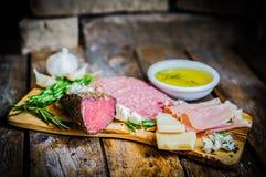 Ciapanie deska Asortowani Leczący mięsa, ser i miód z ro, obrazy stock