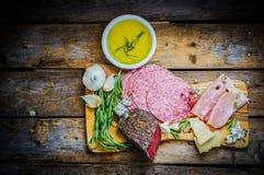 Ciapanie deska Asortowani Leczący mięsa, ser i miód z ro, fotografia royalty free