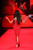 Ciara anda a pista de decolagem no vermelho ir para a coleção vermelha 2015 do vestido das mulheres Imagem de Stock