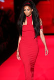 Ciara anda a pista de decolagem no vermelho ir para a coleção vermelha 2015 do vestido das mulheres Imagens de Stock
