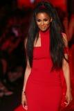 Ciara anda a pista de decolagem no vermelho ir para a coleção vermelha 2015 do vestido das mulheres Fotos de Stock