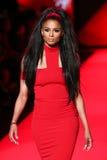 Ciara anda a pista de decolagem no vermelho ir para a coleção vermelha 2015 do vestido das mulheres Imagem de Stock Royalty Free