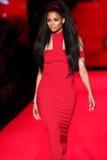 Ciara geht die Rollbahn am Gehungs-Rot für Frauen-rote Kleidersammlung 2015 Stockbilder