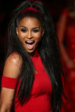 Ciara geht die Rollbahn am Gehungs-Rot für Frauen-rote Kleidersammlung 2015 Lizenzfreies Stockfoto