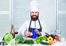 Ciarpame contro sano Uomo del cuoco unico in cappello Ricetta segreta di gusto Essere a dieta e alimento biologico, vitamina Cott fotografie stock libere da diritti